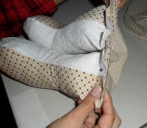 prendendo as pernas do boneco
