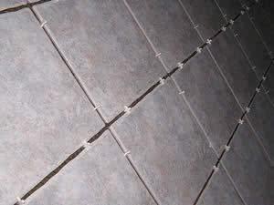 Como devo proceder no assentamento do piso de ceramica?