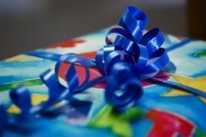 Como usar laços para embrulhar presentes
