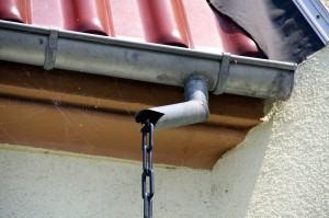 Instalação das calhas pluviais no telhado!