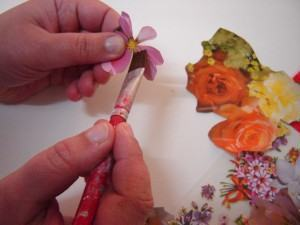 Découpage em vidro colando as flores