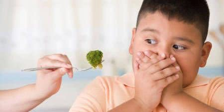 menino brócolis