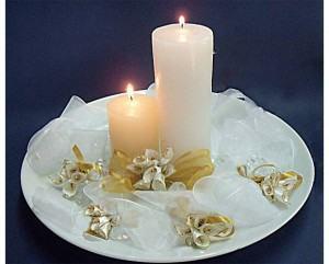 Decoração com flores de cetim e velas, perfeitos para mesa!