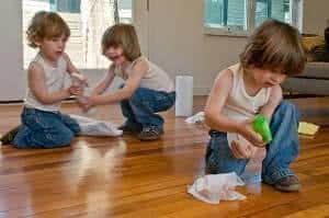 crianças arrumando casa