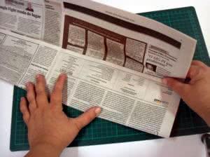 Cesto feito com papel jornal - os rolos