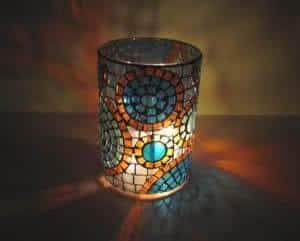 candelabro em mosaico com velas
