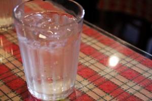amamentação saudável - copo de água