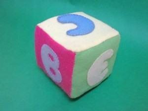 Como fazer cubos de feltro para brincar
