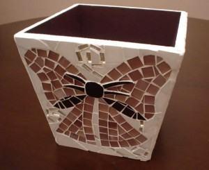 Cachepot de mosaico – como fazer o seu com laço e arabescos