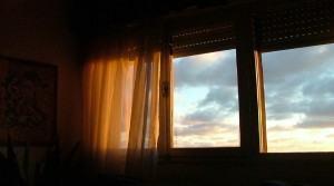 Que tal comprar cortinas pré-prontas? Facilita a escolha.