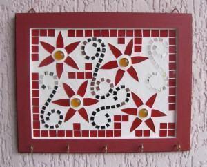 Mosaico – Porta chaves vermelho de flores e arabescos !