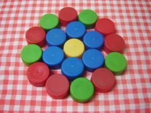 Reciclados – Descanso para pratos/copos com tampinhas pet!