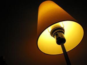 Como resolver uma lâmpada que só pisca e não acende?