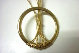 um tronco com arames trançados