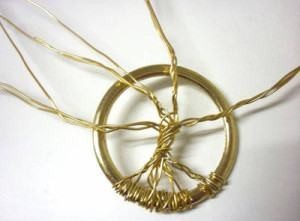 como fazer um pingente com arame dourado
