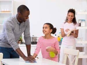 familia menina limpando mesa