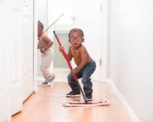 meninos limpando o chão