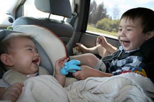 crianças carro brincando