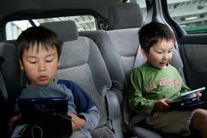 crianças carro jogando