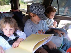 crianças carro lendo
