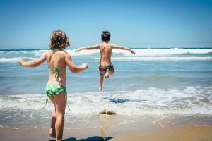 criancas na praia