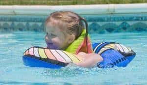 menina piscina