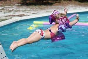 menininha piscina