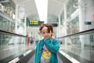 menina aeroporto