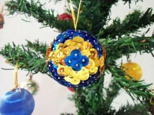 Faça Você Mesma: Bolas de Natal com Lantejoulas