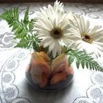 Arranjo de Mesa com Flores e Folhas Secas