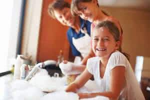 familia criança lavar louça