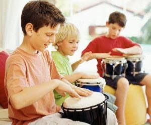 crianças percussão musica instrumento