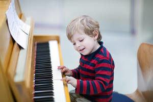 menino piano musica instrumento