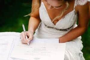 noiva assinando papel