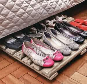 sapatos estrado de madeira cama