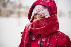 menino casaco frio neve