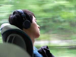 homem viajando headphones