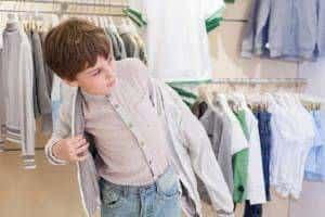 menino se vestindo