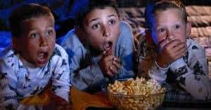 meninos comendo pipoca festa do pijama