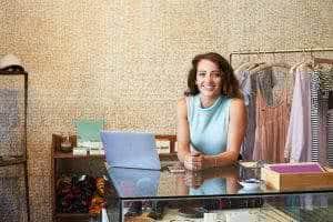 mulher computador loja de roupas
