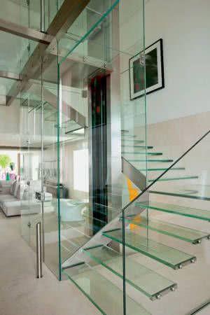 escada e guarda corpo de vidro