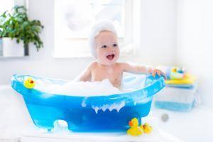 Como Limpar os Objetos de Banho do Bebê