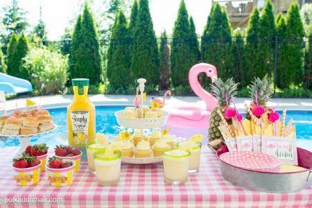 festa na piscina mesa