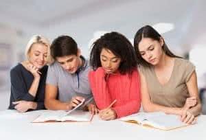 adolescentes estudando