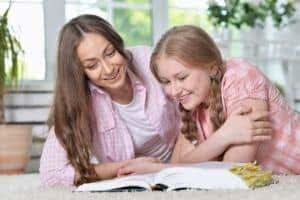 mae e filha estudando