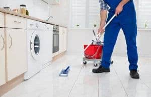 limpando chão cozinha