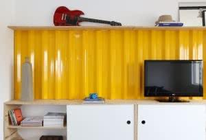 parede amarela telha metálica