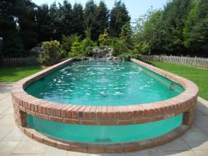 piscina lateral pedra vidro