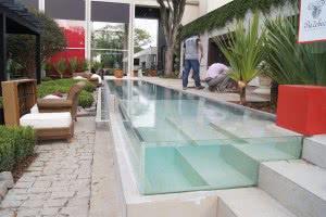 piscina lateral vidro escada