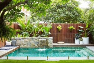 Plantas para piscinas em jardineiras ou vasos pendentes